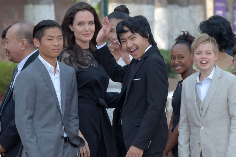 Angelina Jolie et ses enfants Pax, Maddox, Zahara et Shiloh au Cambodge, le 18 février 2017.