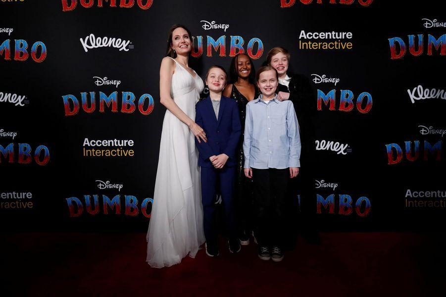 Angelina Jolie et ses enfants Zahara, Shiloh, Vivienne et Knox Jolie-Pitt à la première de Dumbo à Los Angeles, le 11 mars 2019