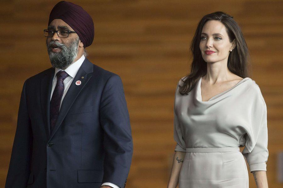 Angelina Jolie avec le ministre de la Défense,Harjit Sajjan, à Vancouver, le 15 novembre 2017.