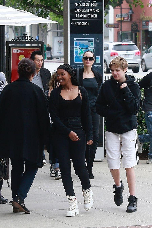 Angelina Jolie avec ses filles Zahara, Shiloh et Vivienne à Los Angeles le 2 juin 2019