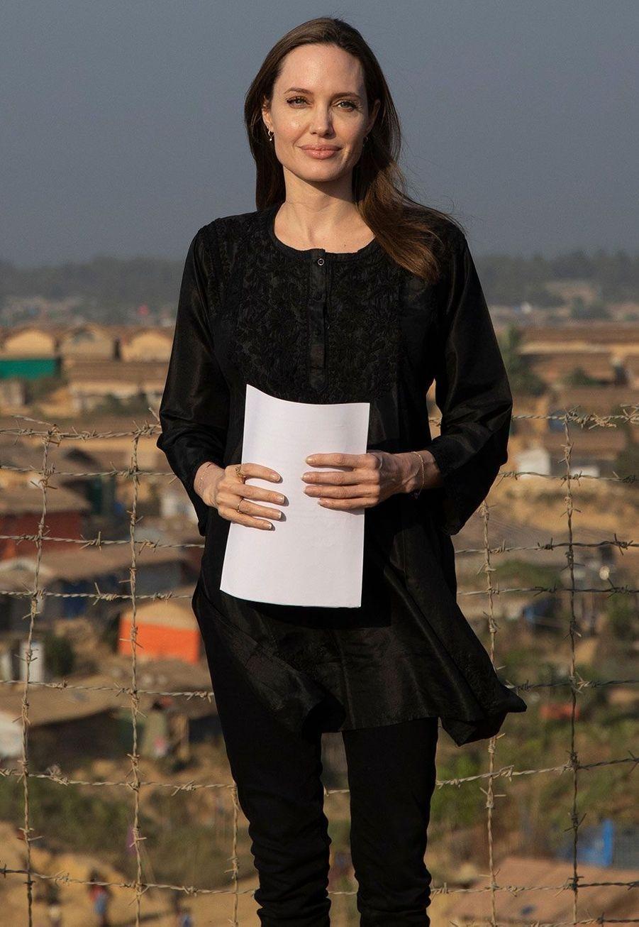 Angelina Jolie envisite dans un camp de réfugiés de Rohingyas dans le sud du Bangladesh le 5 février