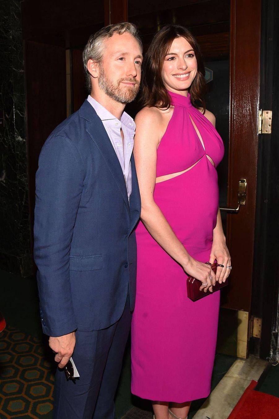 Anne Hathaway et son mari Adam Shulman à la première de la pièce Broadway «Sea Wall / A Life» à New York le 8 août 2019