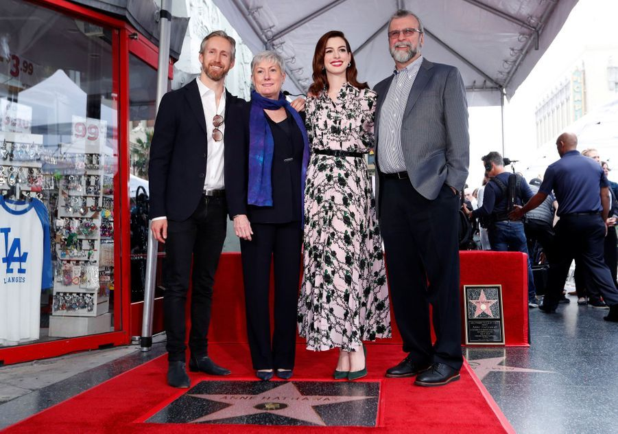 Anne Hathaway, entourée de son mari Adam Shulman et de ses parents Kate et Gerald, reçoit son étoile à Hollywood le 9 mai 2019