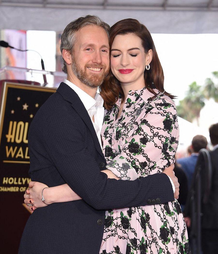 Adam Shulman etAnne Hathaway à Hollywood le 9 mai 2019