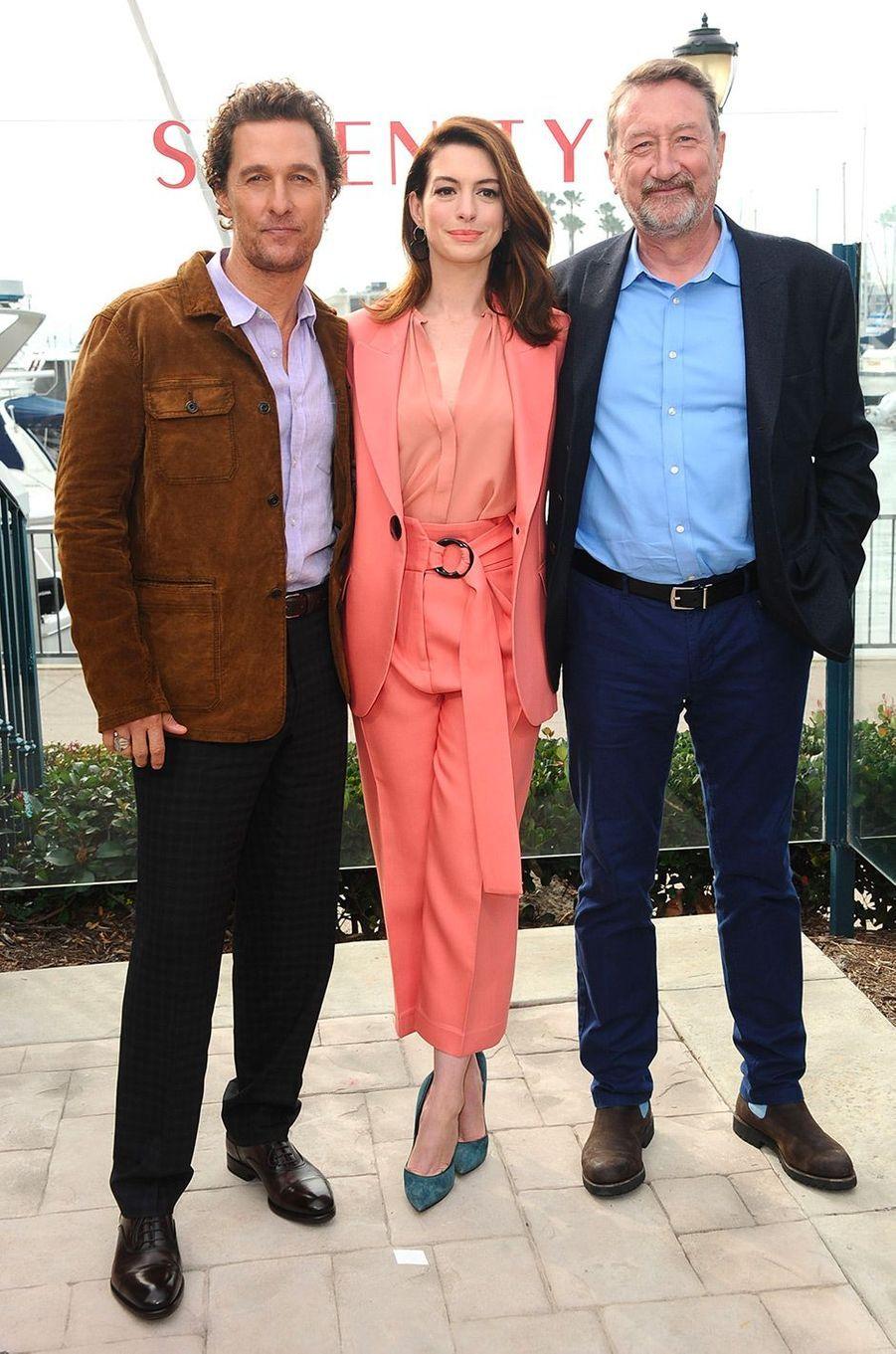 """Anne Hathaway, Matthew McConaughey et Steven Knight à la première de """"Serenity"""" à Los Angeles, vendredi 11 janvier"""