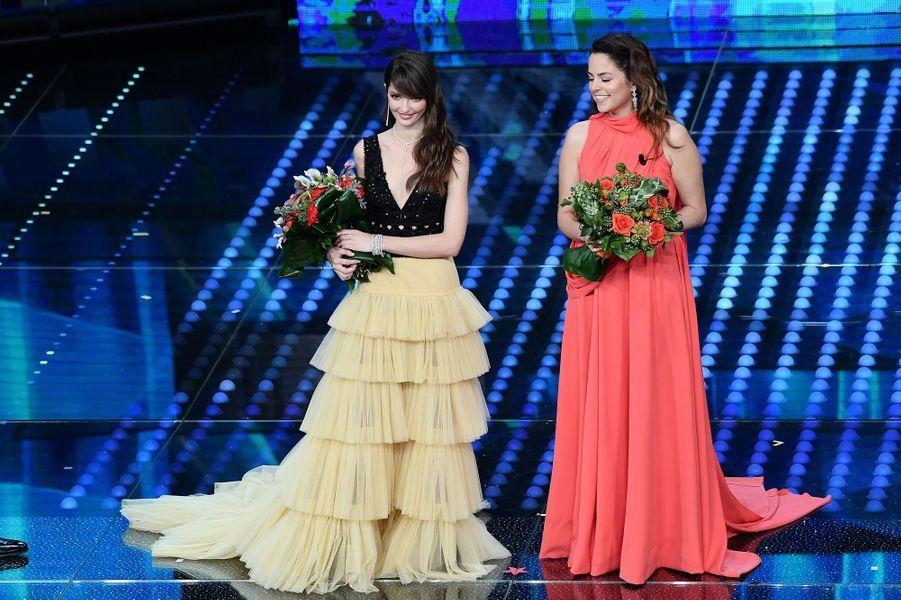 Annabelle Belmondo et Anouchka Delon ont reçu des fleursau Festival de musique de San Remo en Italie