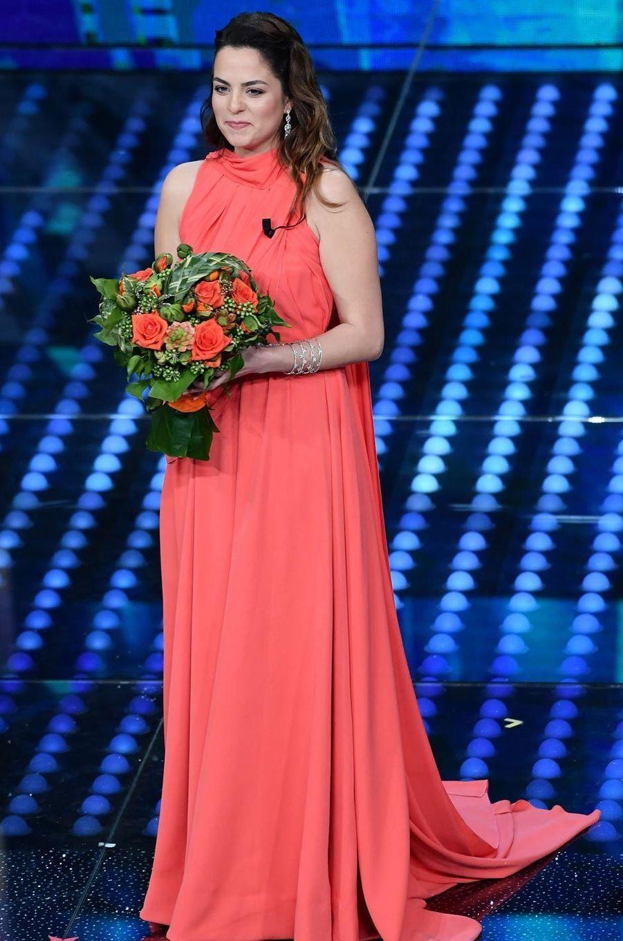 Anouchka Delon avec un bouquet de fleurs.