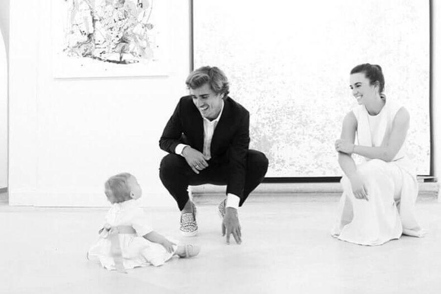 Antoine Griezmann et Erika Choperena lors du baptême de leur fille Mia, le 7 mai 2017.