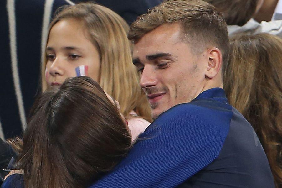 Antoine Griezmann et Erika Choperena dans les tribunes du Stade de France lors du match France / Roumanie, juin 2016.