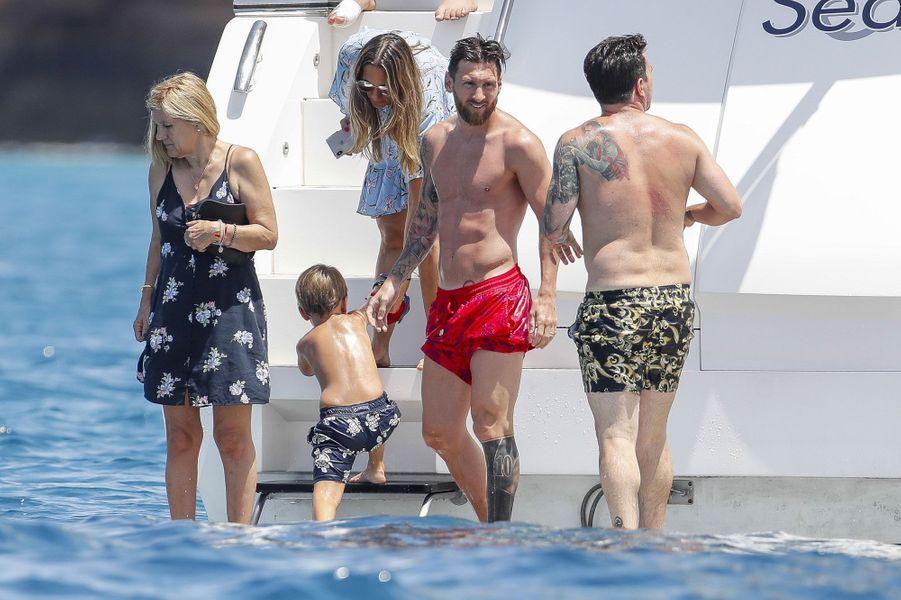 Lionel Messi et ses proches à Ibiza en juillet 2018