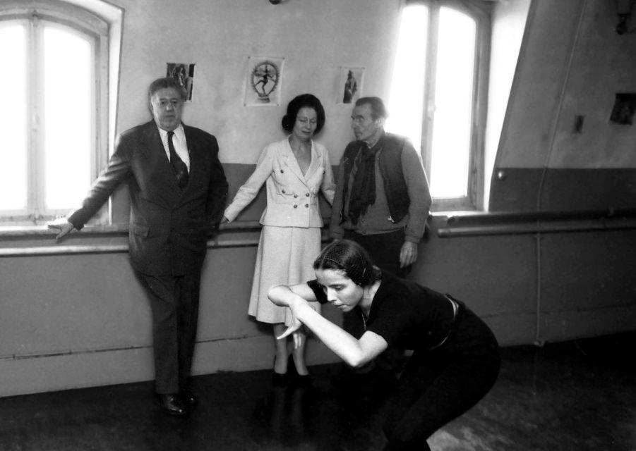Meudon, 1958 : Michel Simon, Arletty et Louis-Ferdinand Céline regardant un cours de danse dans le studio de l'épouse de l'écrivain.