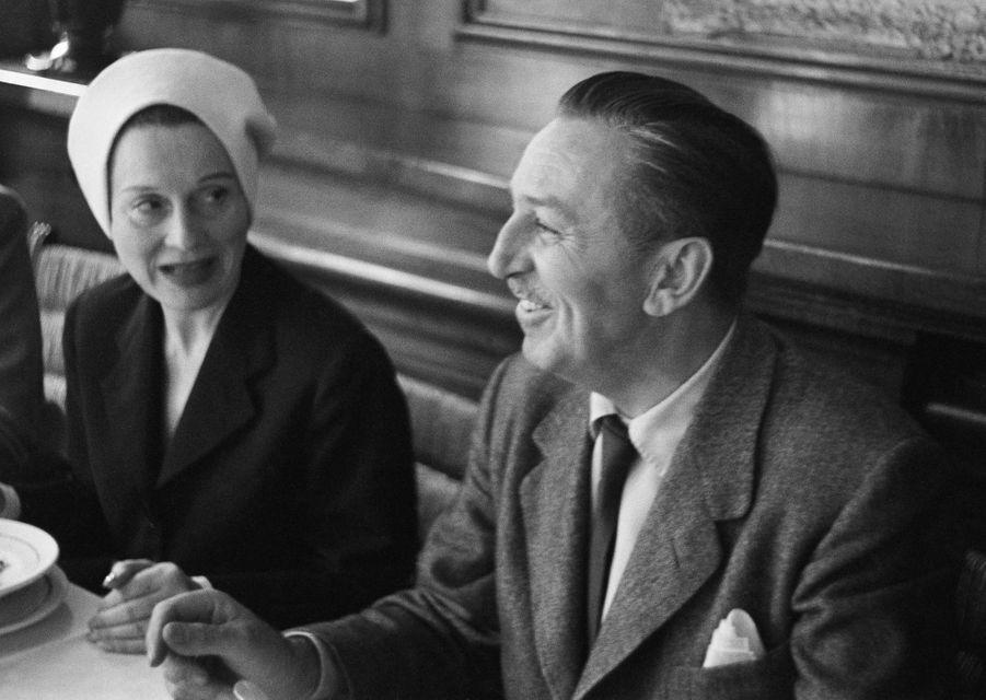 Festival de Cannes, 1953 : Arletty en compagnie de Walt Disney, son idole.