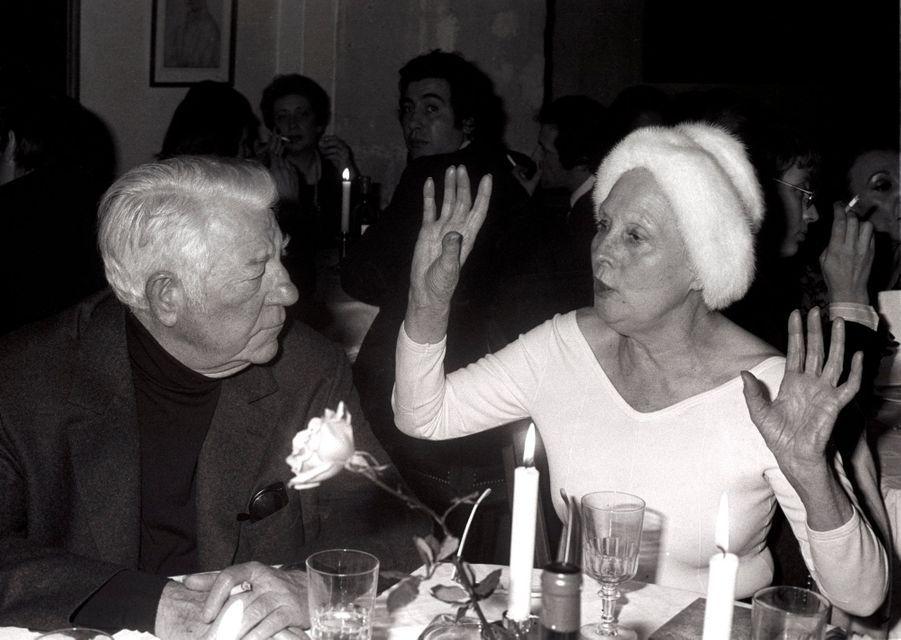 """Paris, 1976 : les retrouvailles de Jean Gabin et d'Arletty, vingt ans après le tournage de """"L'air de Paris""""."""