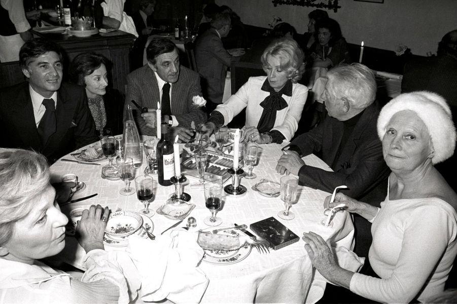 Paris, 1976 : Jean-Claude Brialy, Suzanne Flon, Lino Ventura, Danielle Darrieux, Jean Gabin et Arletty avec sa fameuse toque blanche.