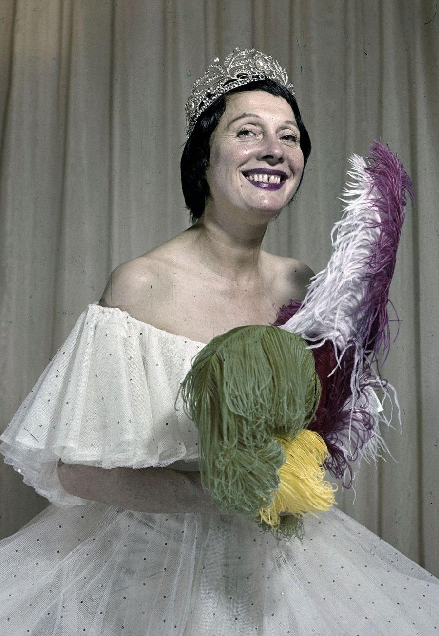 Arletty arborant une jolie robe blanche et un diadème.
