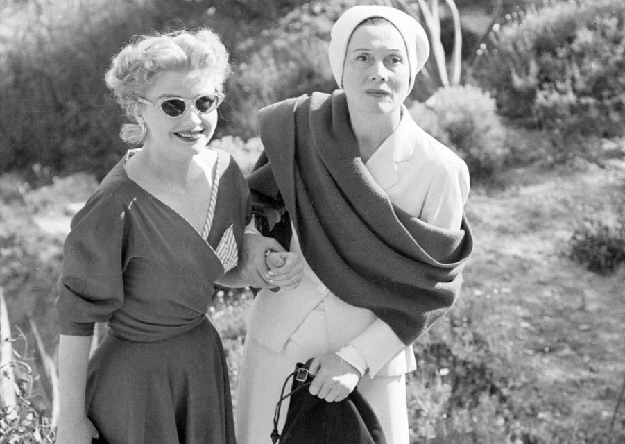 Festival de Cannes, 1953 : l'actrice américaine Anne Baxter et Arletty posant au bord d'une route.