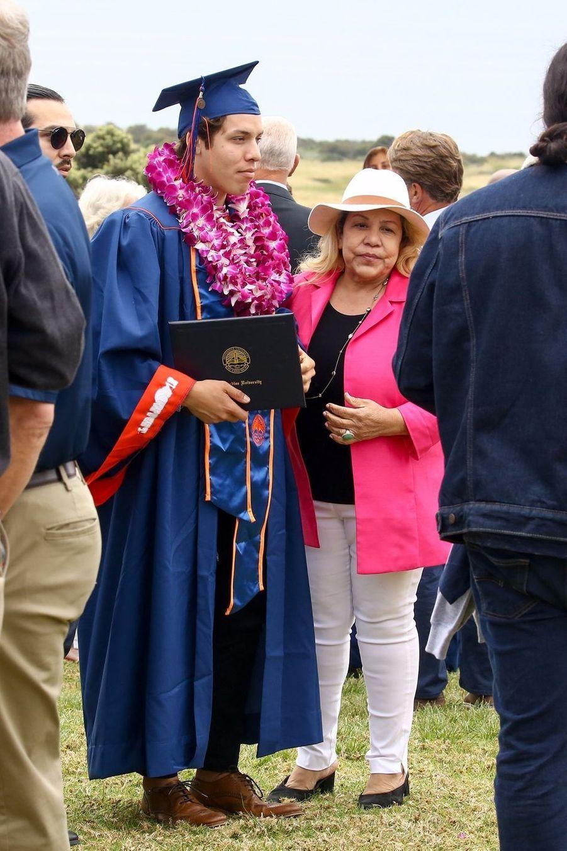 Joseph Baena, le fils d'Arnold Schwarzenegger, à sa remise de diplôme avec sa mère Mildred à Malibu le 27 avril 2019