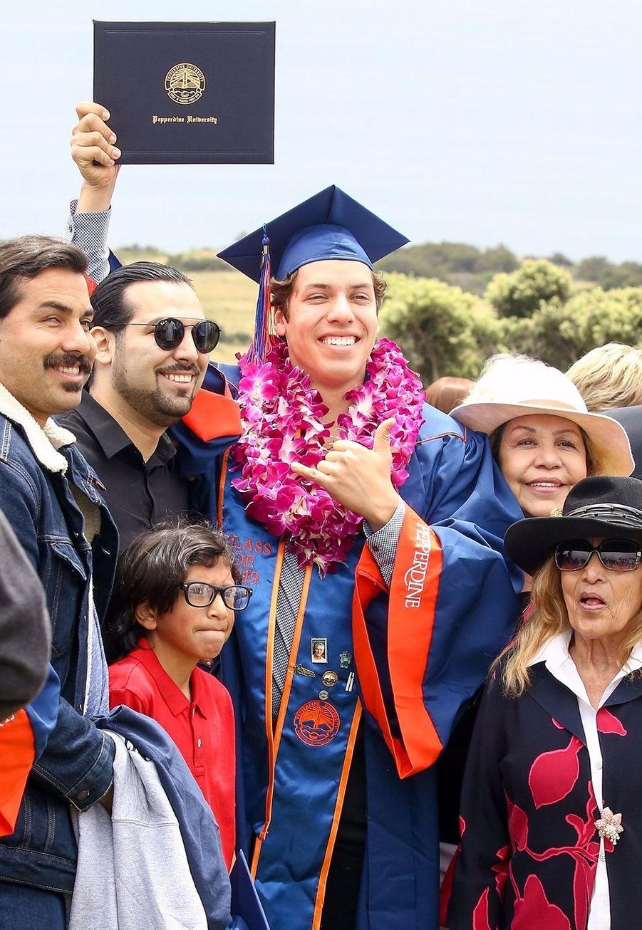 Joseph Baena entouré de sa famille à sa remise de diplôme à Malibu le 27 avril 2019