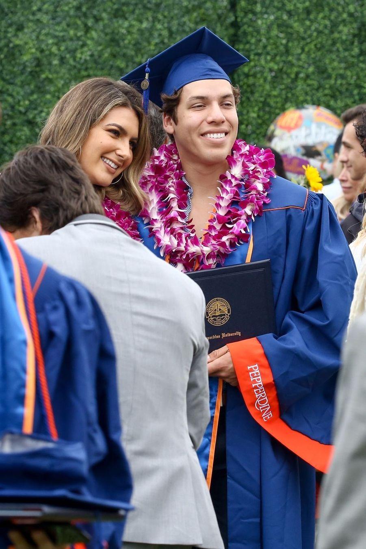Joseph Baena, le fils d'Arnold Schwarzenegger, à sa remise de diplôme avec sa petite amie Nicky Dodaj à Malibu le 27 avril 2019