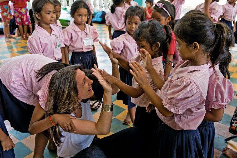 La journaliste découvre la meilleure façon de se dire bonjour en khmer.