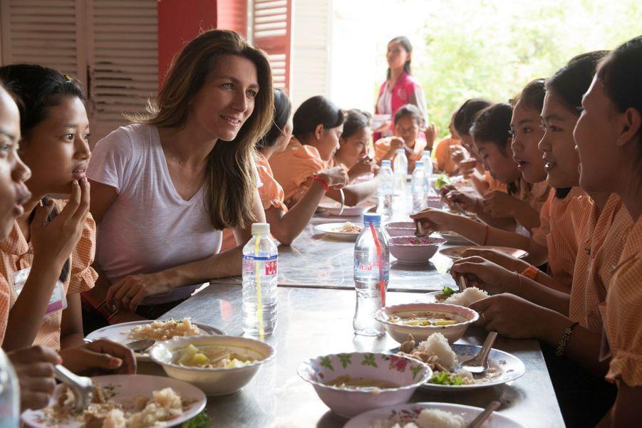 Midi, l'heure du déjeuner avec les collégiennes. Menu équilibré garanti.