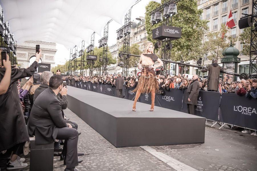 Doutzen Kroes enflamme la plus belle avenue du monde.