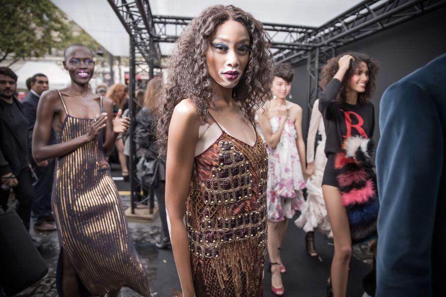 Winnie Harlow en coulisses du défilé L'Oréal Paris sur les Champs-Elysées.
