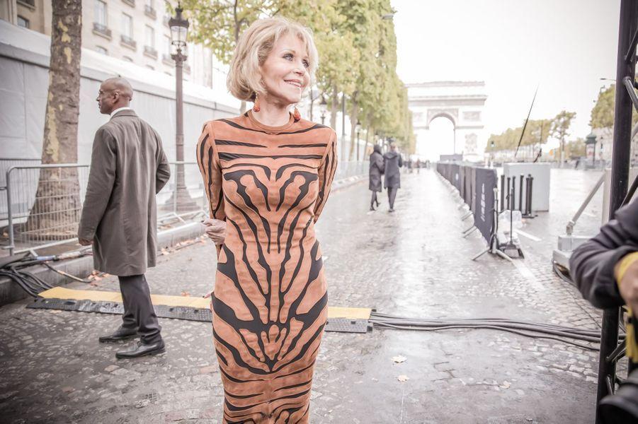 Jane Fonda rayonne sur les Champs-Elysées.