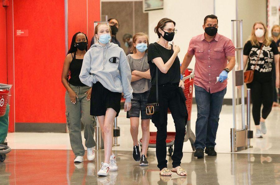 Angelina Jolie et ses filles Shiloh, Zahara et Vivienneà Los Angeles le 19 septembre 2020