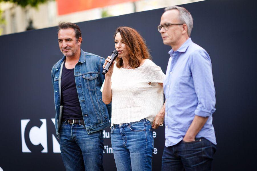 Jean Dujardin et Aure Atikasur les Champs-Elysées à Paris le 7 juillet 2019 pour la nouvelle édition d'«Un Dimanche au Cinéma»