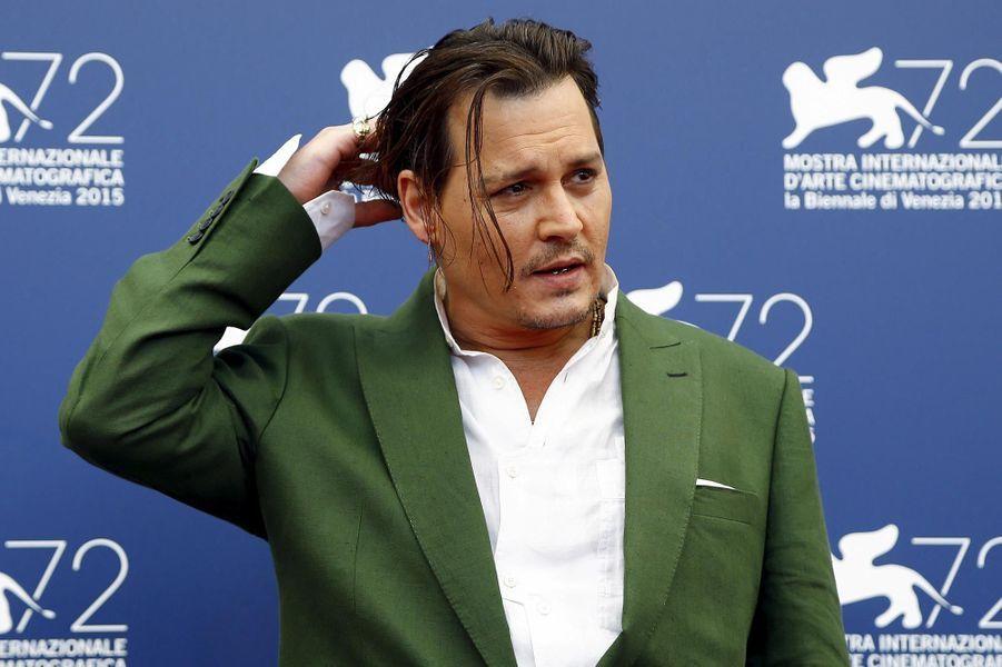 Johnny Depp prend la pose en Italie en 2015.