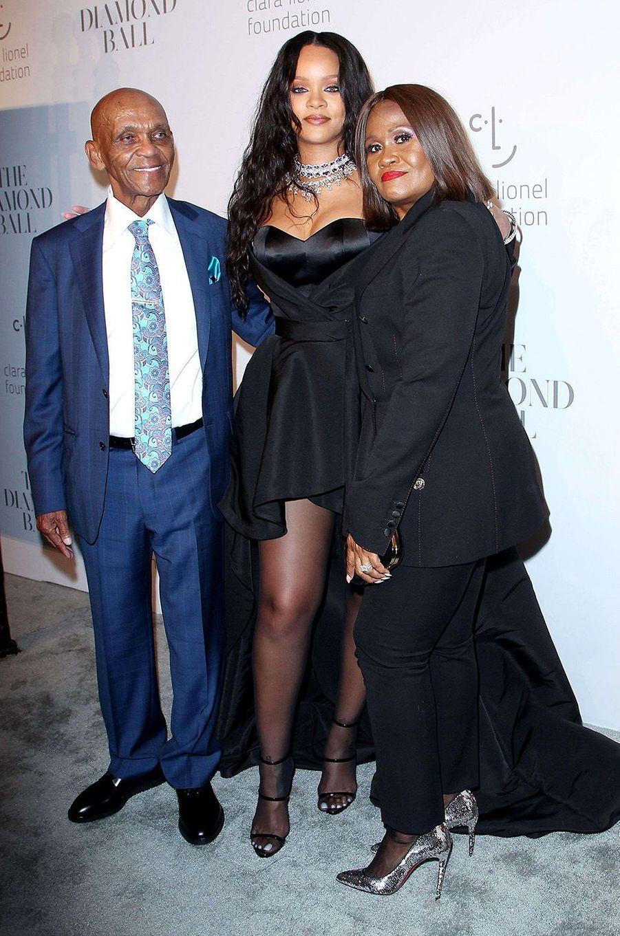 Rihanna avec son grand-père et sa mère au Diamond Ball à New York, le 14 septembre 2017.