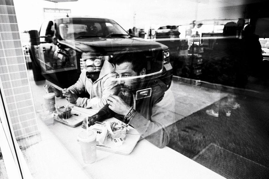 Fast-food avec Julien Goret, son assistant, entre Montréal et Québec, le 15 septembre