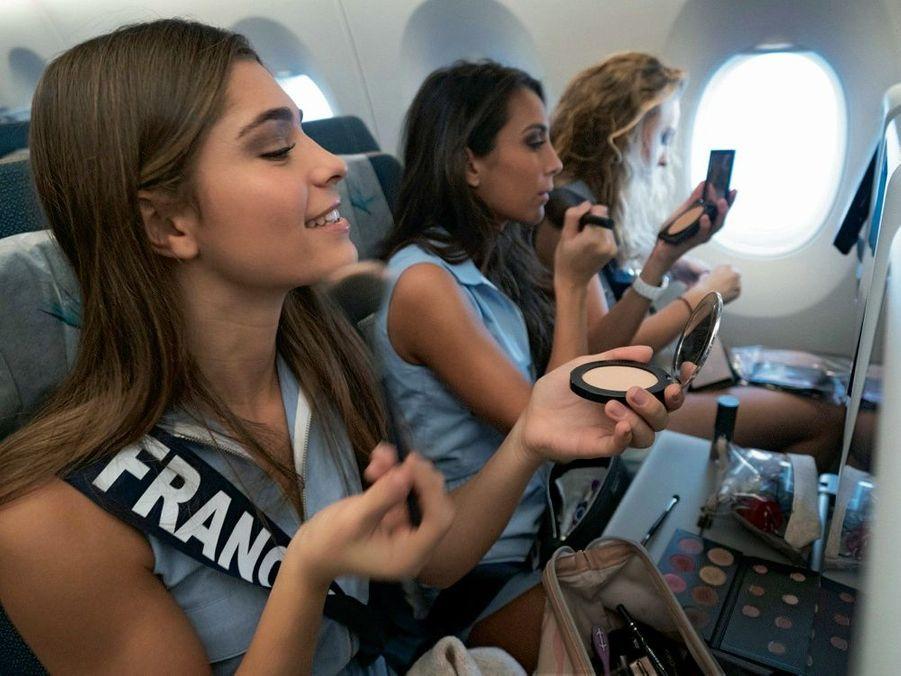 Séance maquillage avant l'atterrissage à l'île Maurice, pour Lauralyne Demesmay et ses camarades, le 21 novembre.