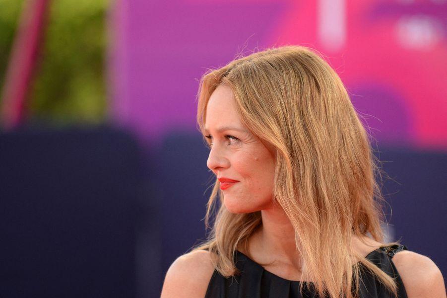 Présidente du jury du 46e Festival du cinéma américain de Deauville, Vanessa Paradis a illuminé la Normandie de son sourire et de sa disponibilité.Voici en images ses plus belles apparitions sur le tapis rouge.