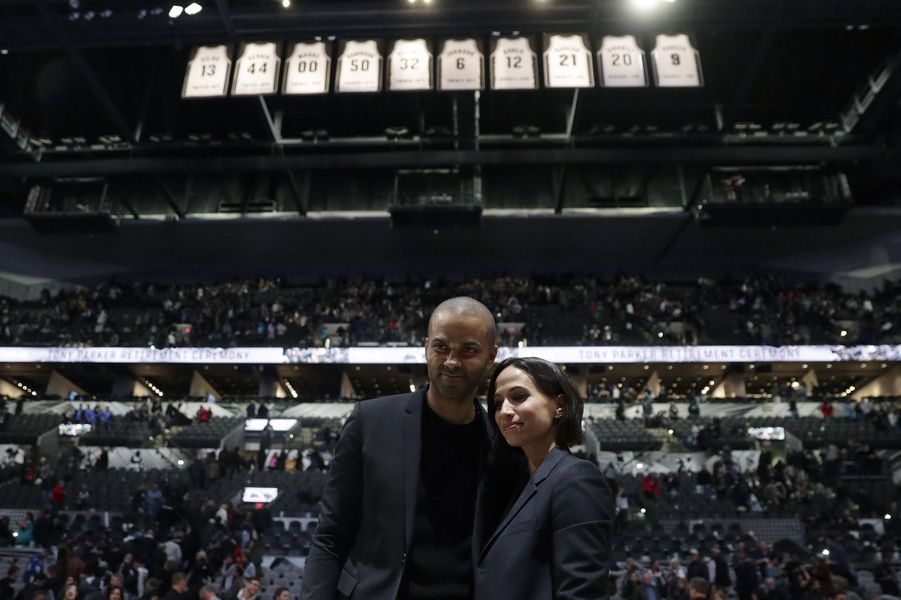 Axelle et Tony Parker lors d'une cérémonie honorant la fin de carrière du basketteur à San Antonio en novembre 2019