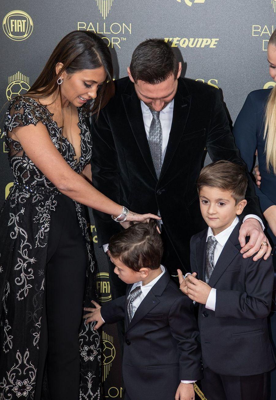 Lionel Messi avec sa femme Antonella Roccuzzo et leurs fils Thiago et Mateoà la cérémonie du Ballon d'Or 2019 à Paris le 2 décembre 2019