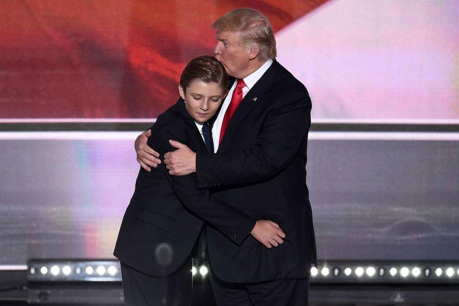 2016. Donald Trump enlace son fils après son discours de victoire