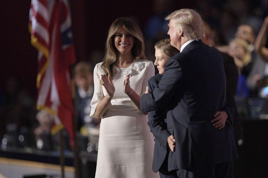2016. Donald Trump enlace son fils Barron sous le regard de sa femme Melania