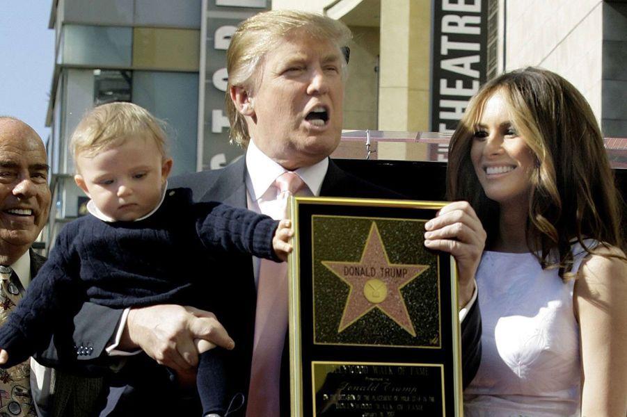 2007. Barron dans les bras de son père, Donald Trump, fier de son étoile à Hollywood