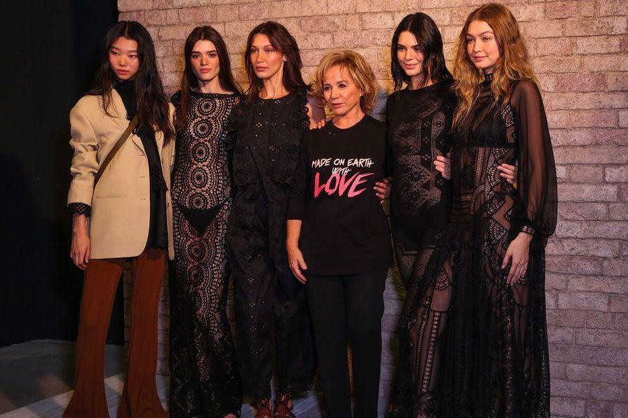 Bella Hadid, Kendall Jenner et Gigi Hadid avec Alberta Ferretti et plusieurs mannequins en backstage du défilé pour Alberta Ferretti, mercredi 19 septembre 2018 à Milan
