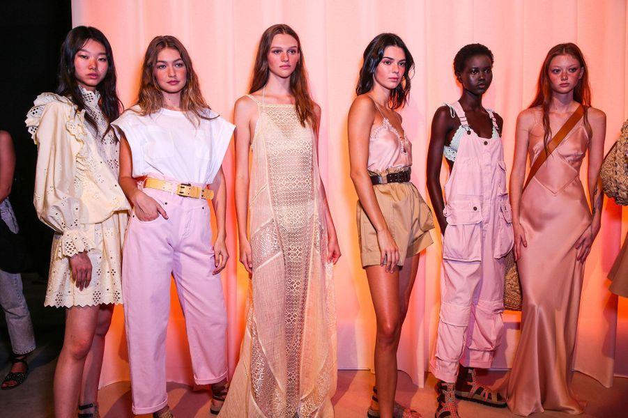 Gigi Hadid et Kendall Jenner avec plusieurs mannequins en backstage du défilé pour Alberta Ferretti, mercredi 19 septembre 2018 à Milan