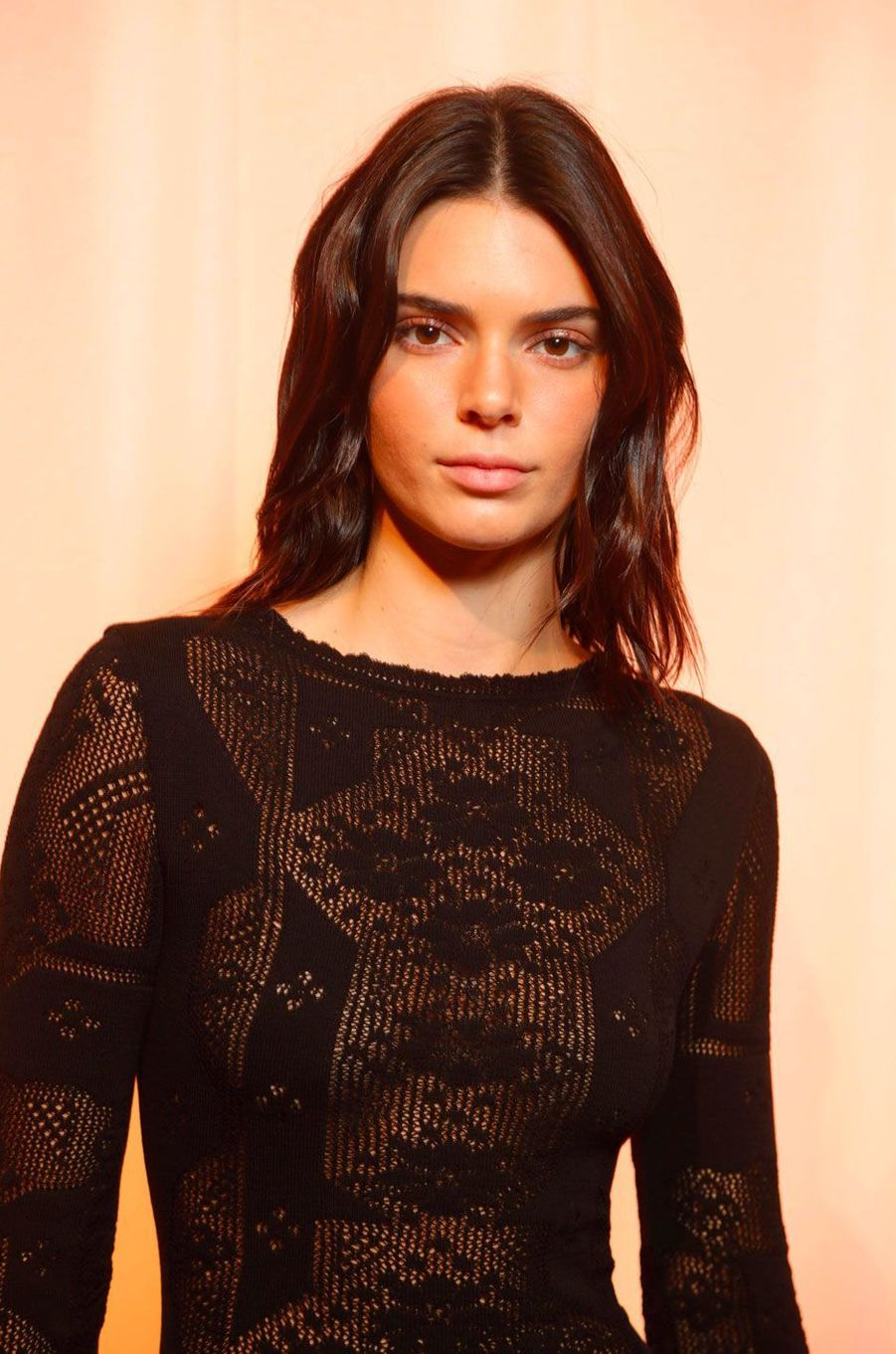 Kendall Jenner en backstage du défilé pour Alberta Ferretti, mercredi 19 septembre 2018 à Milan