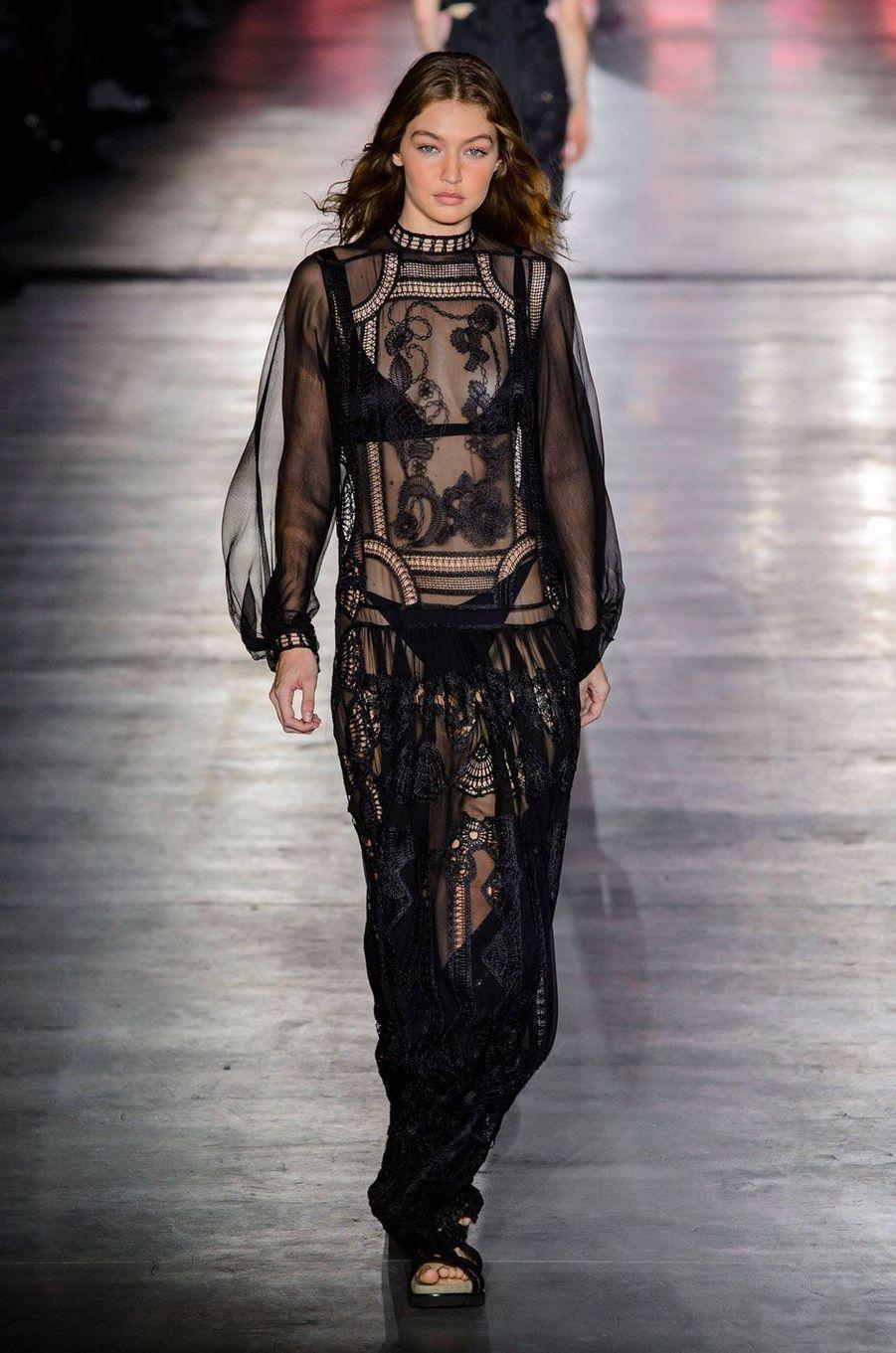 Gigi Hadid défile pour Alberta Ferretti, mercredi 19 septembre 2018 à Milan