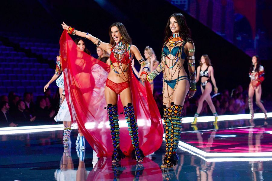 Alessandra Ambrosio et Adrianna Lima au Victoria's Secret Fashion Show à Shanghai