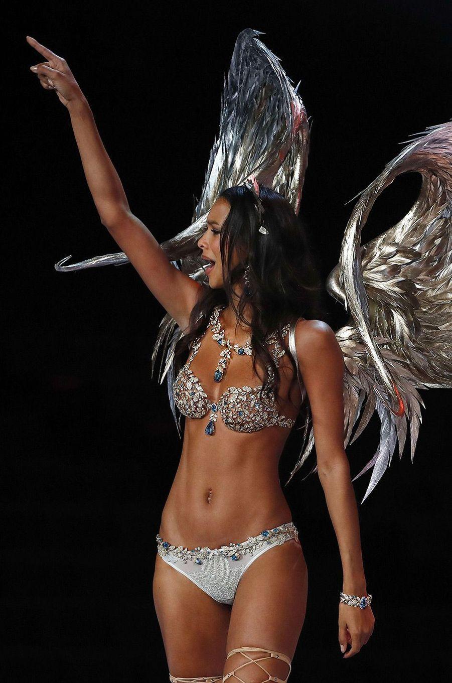 Lais Ribeiro porte le Fantasy Bra au Victoria's Secret Fashion Show à Shanghai