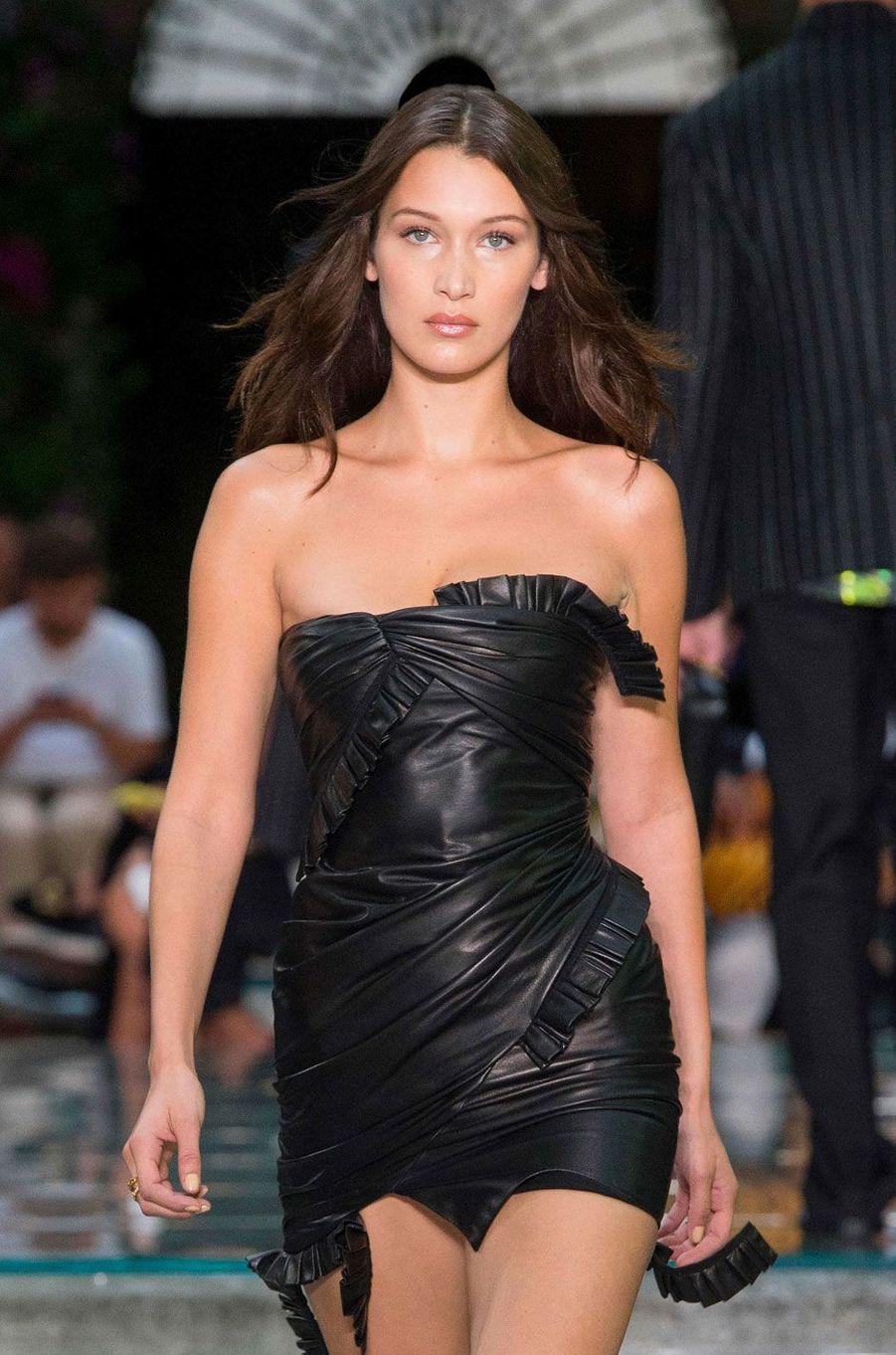 Bella Hadid au défilé Versace à Milan le 16 juin 2018
