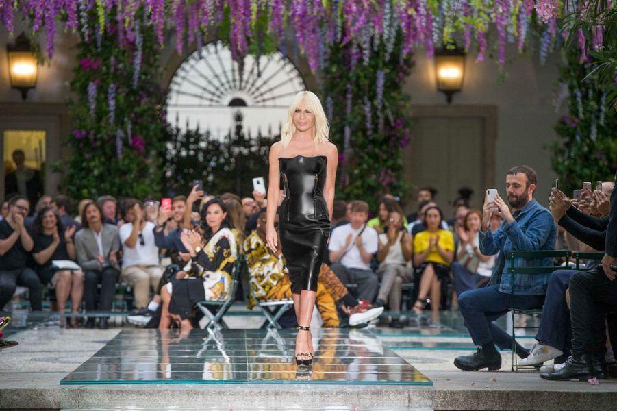 Donatella Versace au défilé Versace à Milan le 16 juin 2018