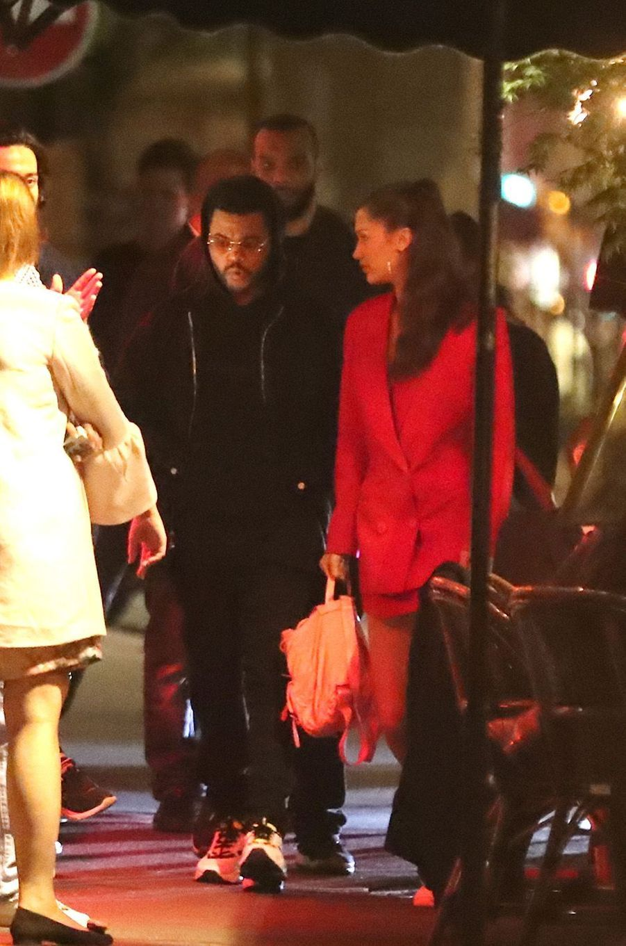 Bella Hadid et The Weeknd dans les rues de Paris.