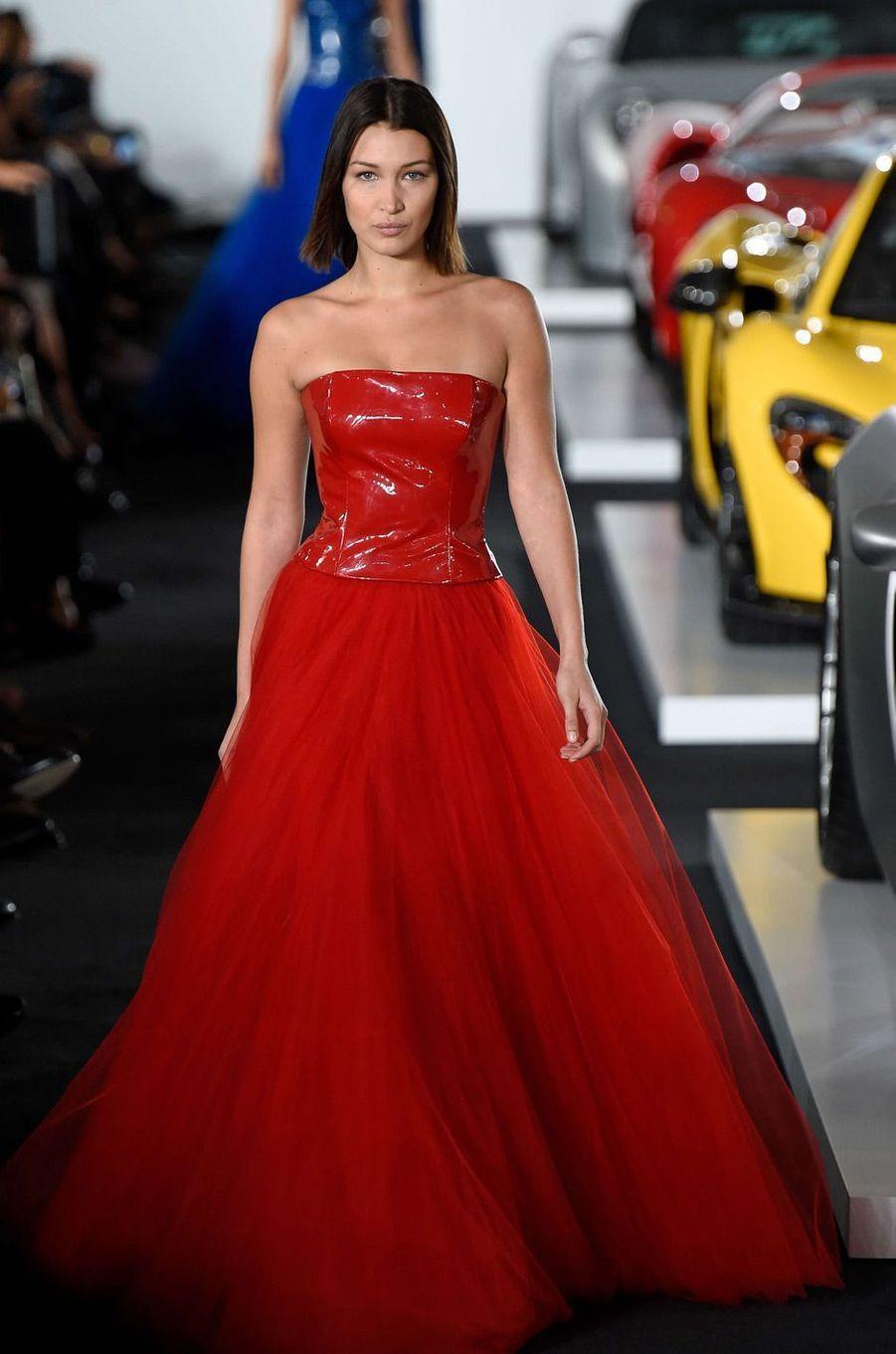 Bella Hadid défile pour Ralph Lauren.